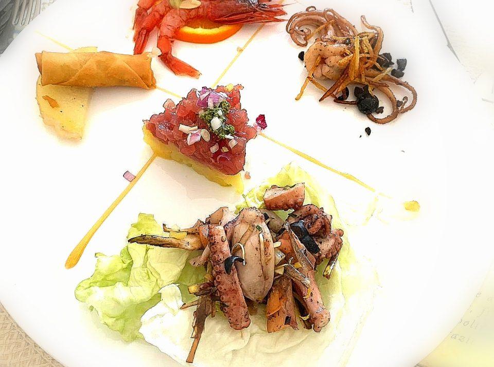 Tartar, gamberi, insalata di mare e involtino primavera
